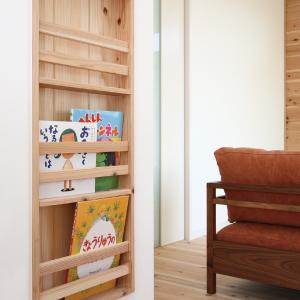滋賀県雁瀬工務店が建てた、木の質感と匠の技がコラボした北欧風の住まい ブックスタンド