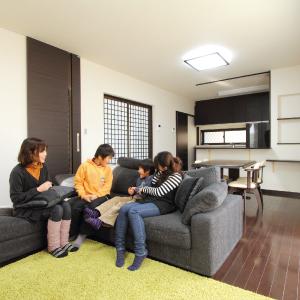 滋賀県雁瀬工務店が建てた、吹き抜け階段のあるシックな家 LDK