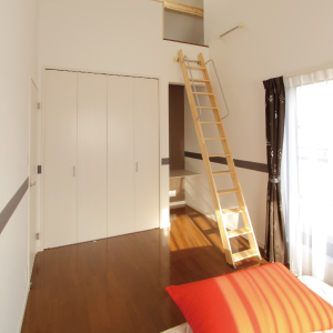 滋賀県雁瀬工務店が建てた、吹き抜け階段のあるシックな家 子供部屋