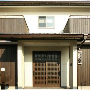 滋賀県雁瀬工務店が建てた、母屋と調和した住まい 正面外観