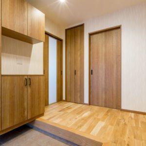 木のぬくもり包まれる家 玄関
