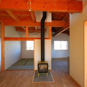 滋賀県雁瀬工務店が建てたレトロな家の薪ストーブ