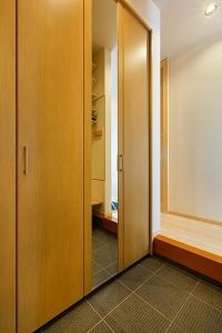 大工の技術を駆使した伝統的な日本家屋の良さを感じられる京都宇治の家 玄関クローク