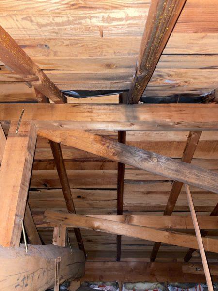 水が垂れた音が黒ずんだ屋根裏