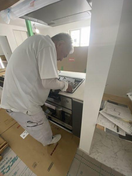 背が草津の新築施工現場。キッチン施工中
