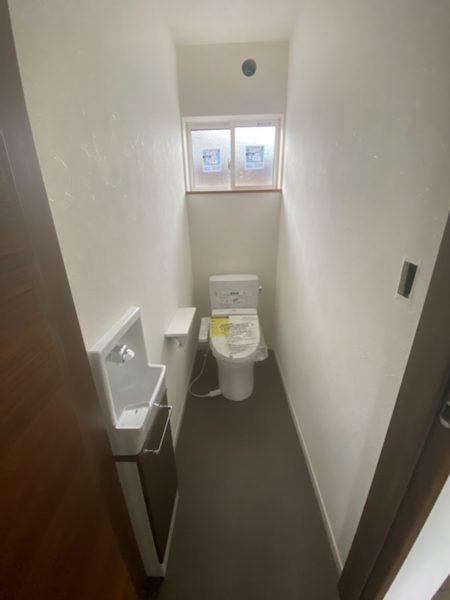 トイレ、手洗い器が設置された草津市の新築物件