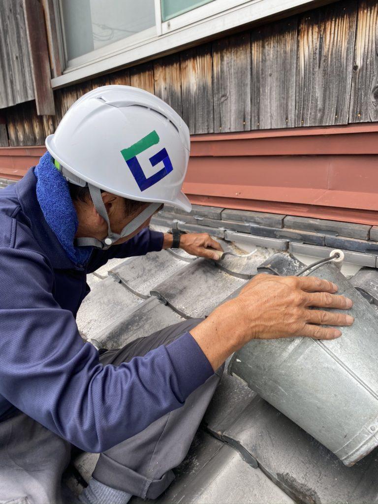 草津の屋根瓦リフォーム工事、施工中の職人
