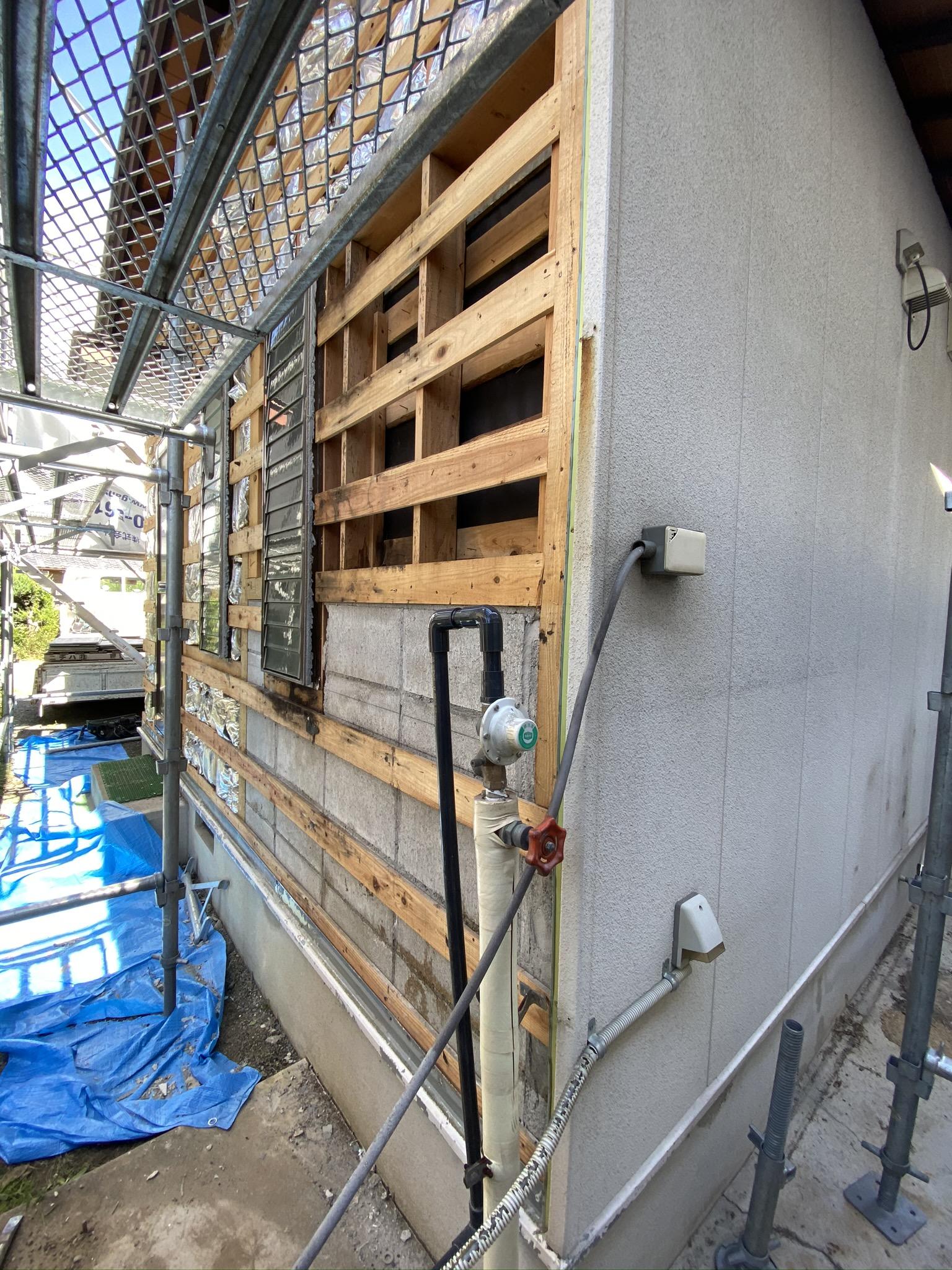 滋賀草津市で汚れが目立ち、劣化した外壁の張替リフォーム工事!