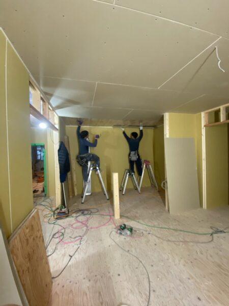 滋賀県草津の木造新築アパート物件、兄弟でボード張り♪