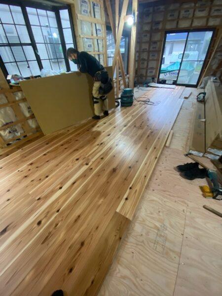 杉無垢材の床の輝き